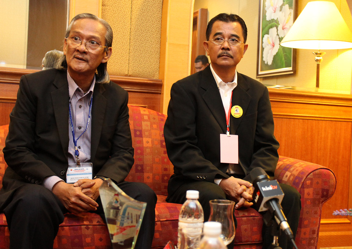MTUC president Mohamad Khalid Atan (left) with RUM president Abdul Razak Md Hassan in Kuala Lumpur today. – The Malaysian Insider pic by Afif Raiezal, September 23, 2014.