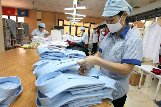 A Garment 10 Corporation employee works at a factory in Hanoi on Sept. 10. The Trans-Pacific Partnership will allow the U.S. to put pressure on developing nations such as Vietnam to improve labor practices. PHOTO: LUONG THAI LINH/EUROPEAN PRESSPHOTO AGENCY