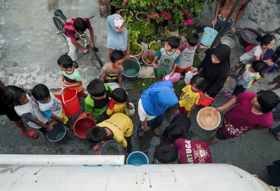 BANTING 01 NOVEMBER  2016. Penduduk mendapatkan bekalan air bersih daripada lori tangki Syarikat Bekalan Air Selangor (SYABAS) ekoran terputus bekalan air  di Taman Sungai Rambai, Banting. STR/MUHAMMAD SULAIMAN